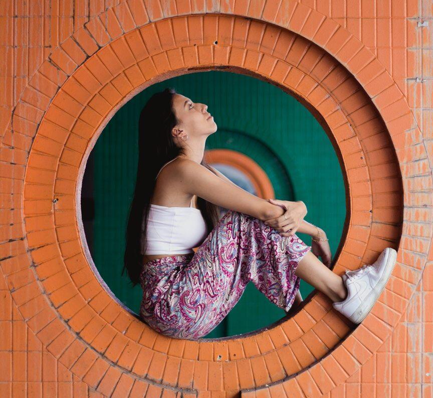 woman sitting in wall hole 3351676 - Дважды в одну реку: стоит ли возвращаться на прежнее место работы?
